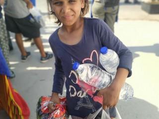 Kind auf der Straße nach Brand von Moria