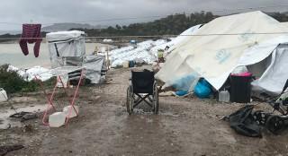 einsamer Rollstuhl im Lager Kara Tepe auf Lesbos